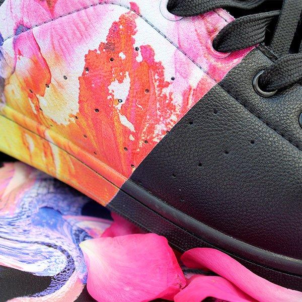 MondoAgile - Stampa Diretta - Dettagli stampa fantasia colorata su sneaker nera