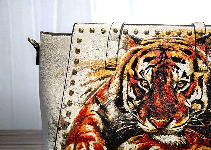 MondoAgile - Stampa Diretta - Dettaglio stampa tigre su borsa in pelle bianca