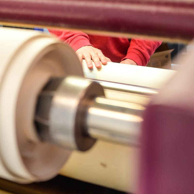 MondoAgile - Stampa Sublimatica su tessuto - Dettaglio lavorazione con macchinario per stampa su tessuto
